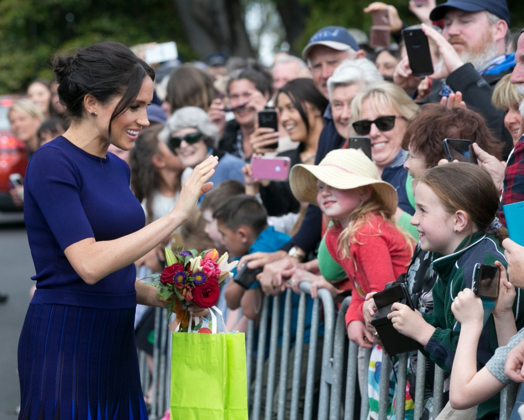 ROTORUA, NEW ZEALAND - OCTOBER 31: Megan, Duchess of Sussex accepts gifts from the crowds during a walkabout at Government Gardens on October 31, 2018 in Rotorua, New Zealand. The Duke and Duchess of Sussex are on the final day of their official 16-day Autumn tour visiting cities in Australia, Fiji, Tonga and New Zealand. (Photo by Alan Gibson-Pool/Getty Images)