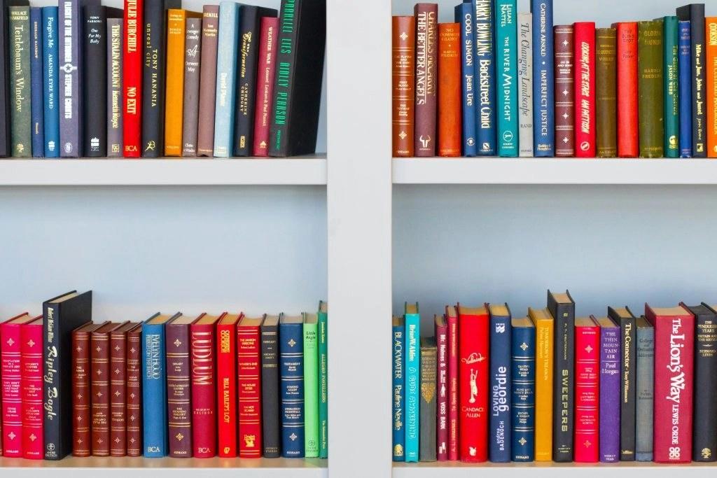 books on a shelf free curriculum