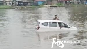 Mobil Jatuh ke Sungai