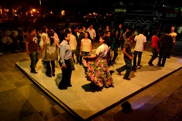 Bailadores en tarima