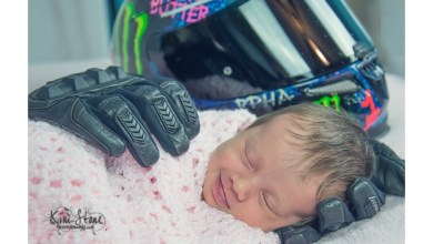 Photo of Conmueve fotografía de bebé sonriendo en guantes de su padre muerto
