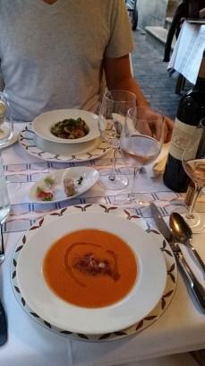 Vorspeise: Tomatencrémesüppchen und Forschschenkel