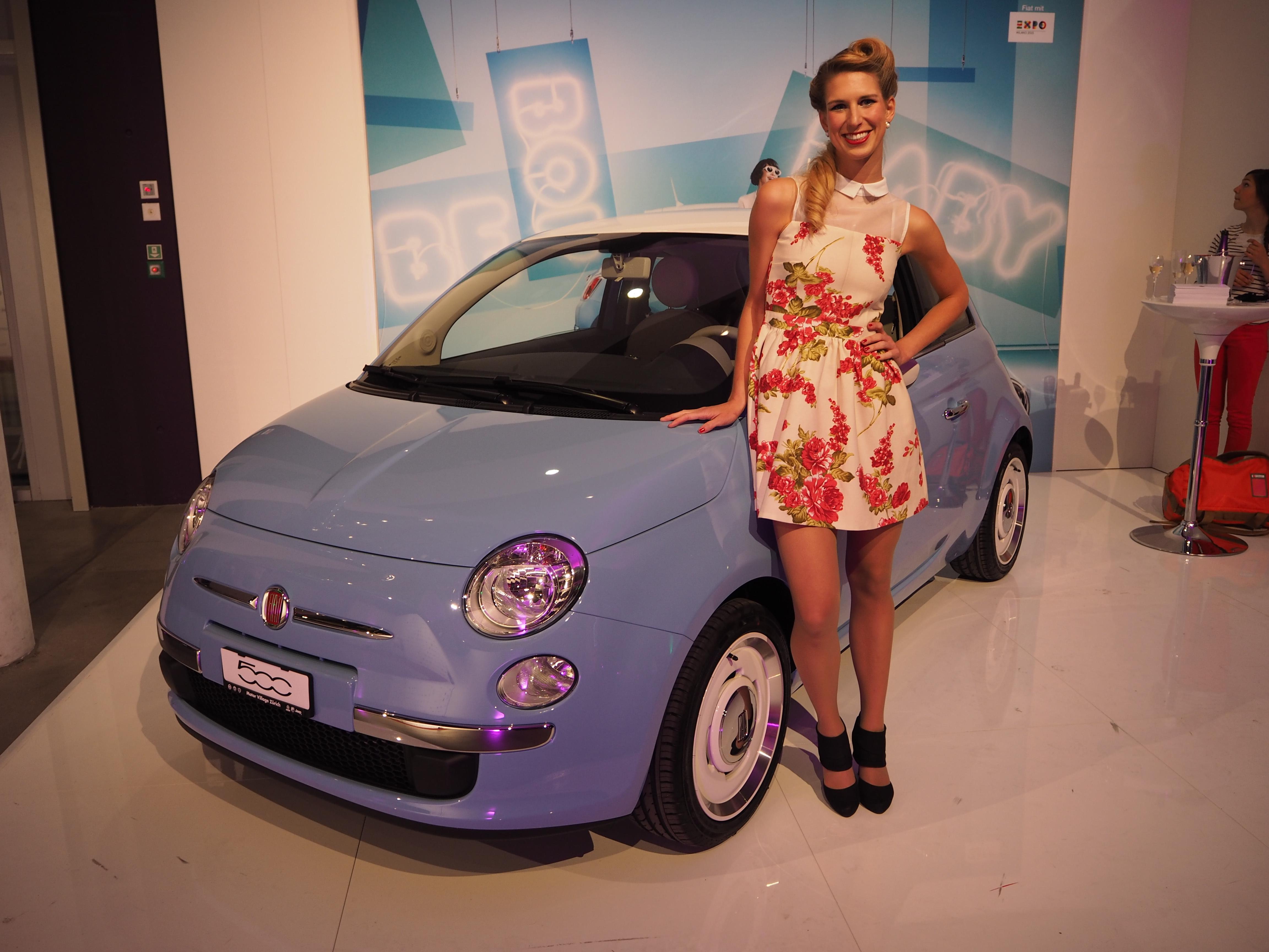 Der neue Fiat500 Vintage mit einer Hostess im Fifties Look