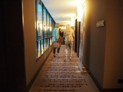 Herumstöbern in den Fluren des Fashionhotels.