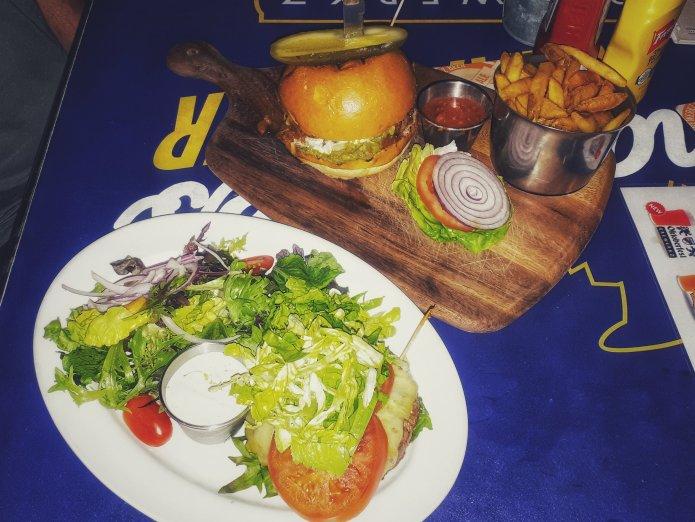 Rindsburger und Salat (Foto: Zenz)