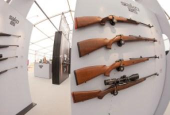 Osaa messujen asevalikoimasta pääsee myös testaamaan käytännössä. Kuva: Gary Wornell / Riihimäen Messut Oy