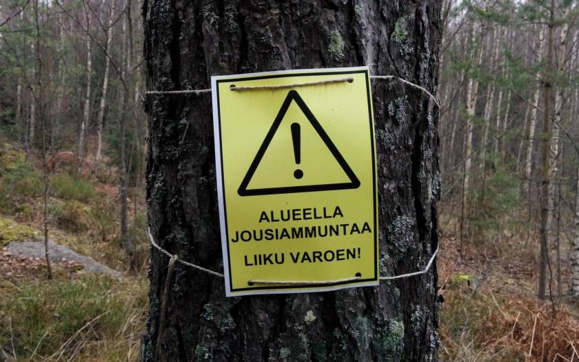 Varoituskyltti jousiammuntaradalla