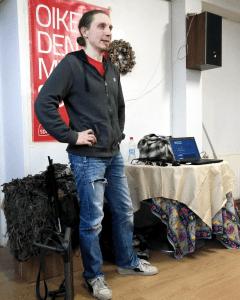 Aki S. Perälä opettamassa ketunpillityksen taitoa
