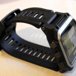 Epix oikealta. Nappien lisäksi kelloa ohjataan kosketusnäytöllä.