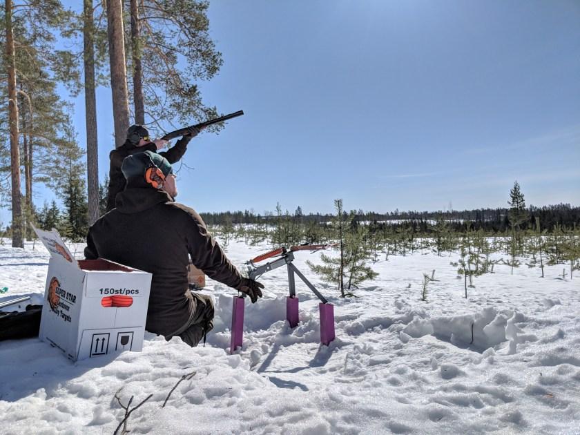 Ammuntaa metsäradalla