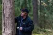 Kari Arola nuoruudenkuvansa kanssa Paloheinän metsässä 14.10.2016. Kuvaaja Pauliina Tuomikoski.