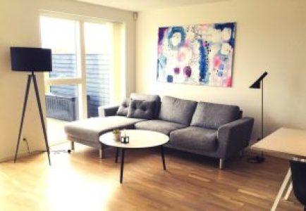 liggende maleri over sofa