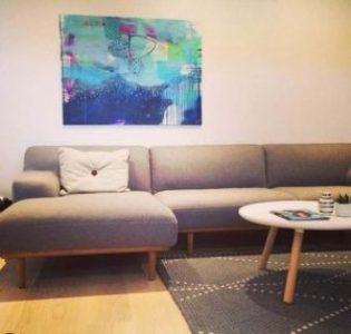 Blå maleri over sofa