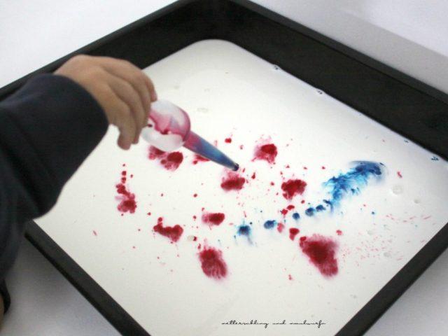metterschlingundmaulwurfn_milch_marmorieren_experiment_lebensmittelfarbe__kinder_3_6_basteln_kindergarten_kreativ_haushaltsmittel