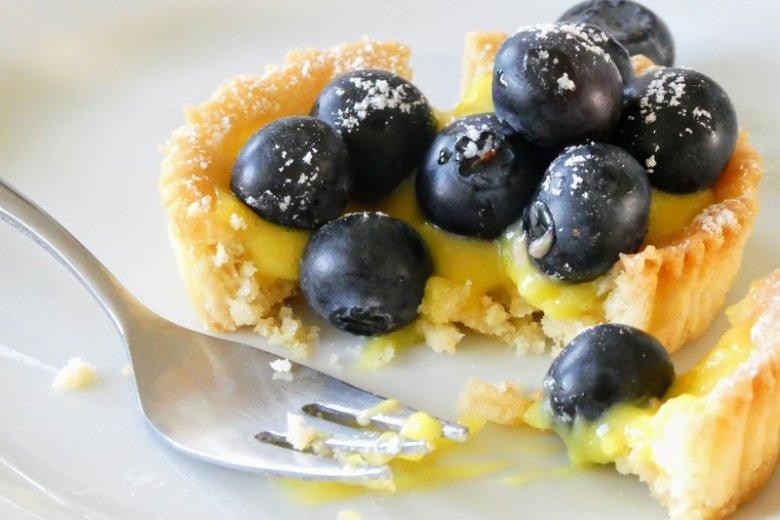 små blåbærtærter med citroncreme