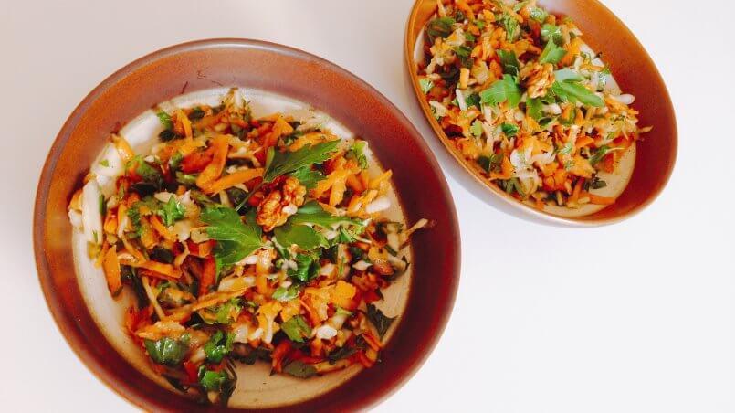 Möhren-Steckrüben-Salat mit Walnüssen