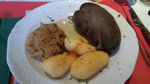 Blutwurst, Salzkartoffeln und Sauerkraut