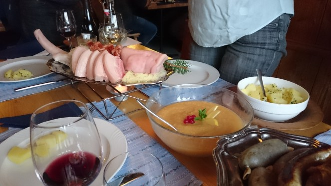 reich gedeckter Tisch während der Metzgete in der Alpwirtschaft Unterlauelen