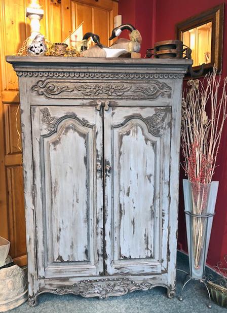 armoire rustique et armoire sculptee