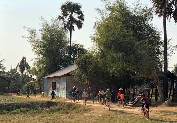Los niños de Camboya Sonríe ya han acabado sus clases y se marchan en bici a sus casas.