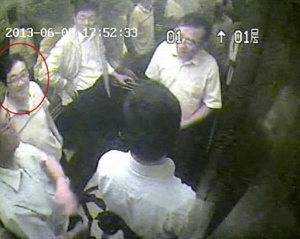 Tras revelarse el video, el Tribunal Popular Superior de Shanghái,  destituyó a cuatro oficiales, entre los que se encuentra Chen Xueming, uno de los jueces y jefe del juzgado número 1, y Zhao Minghua, juez suplente. /Imagen del video revelado por Chen