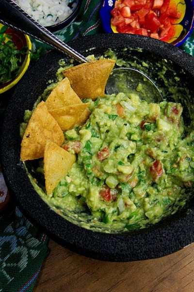 Small Batch Guacamole Recipe   How to make authentic #guacamole at home. #vegan #veganmexican #partyfood #tailgatingfood #superbowl #cincodemayo #avocado #traditinalrecipe