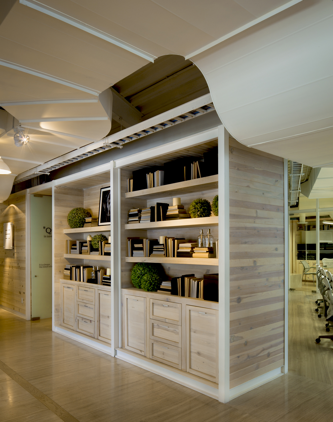 insignias-interiorismo-arquitectura-oficinas-tamarindo-madera-despacho-artigas-arquitectos-3