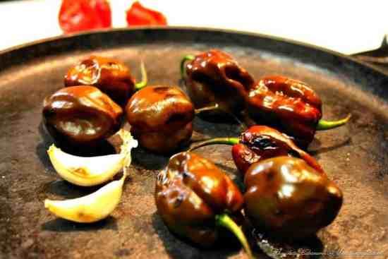 Salsa de Chile Habanero , asa los chiles y el ajo en el comal o plancha