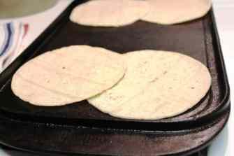 Cachetadas tacos de Tampico, calienta las tortillas
