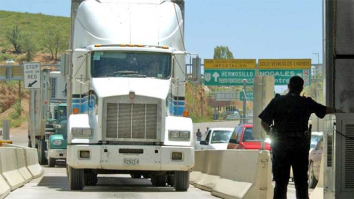 Camiones de carga siguen cruzando la frontera
