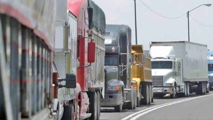 Valor de carga por autotransporte entre México y EU cae 4.7% en marzo