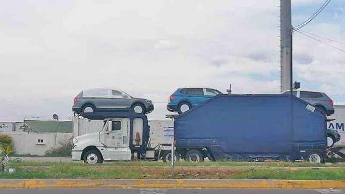 Comienzan a salir nodrizas cargadas con vehículos en la Volkswagen