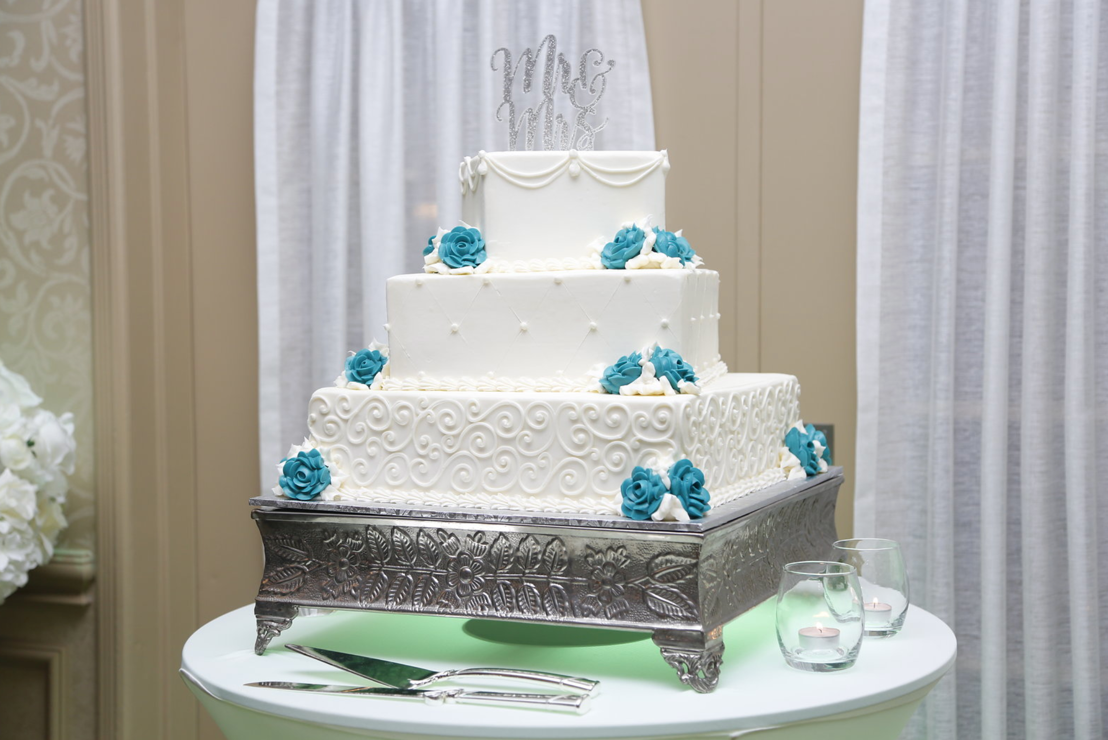 blue rose weddng cake