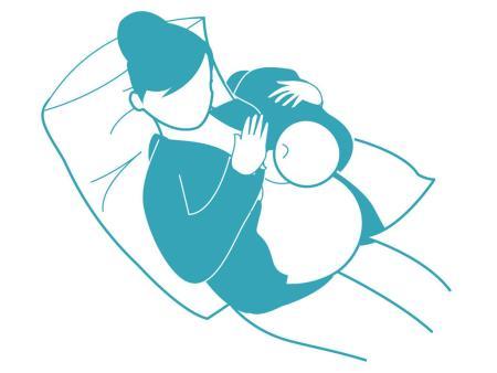 Tư thế cho con bú ngả lưng về sau sau khi sinh mổ