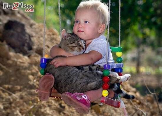 Việc cho bé chơi với vật nuôi sẽ giúp bé sớm có ý thức về cộng đồng cũng như có tinh thần trách nhiệm, sớm biết quan tâm đến những người bạn bé nhỏ xung quanh mình.