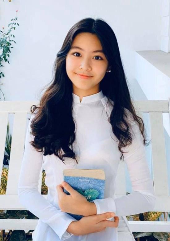 """Bà xã MC Quyền Linh – Dạ Thảo gửi lời chúc tới con gái """"Chúc mừng Lọ Lem vừa tròn 14 tuổi. Con hiền hậu, tình cảm, ngây thơ và cá tính. Mẹ mong con gái luôn như vậy trong tuổi mới""""."""