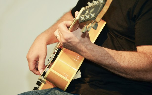 play-guitar-857505.jpg