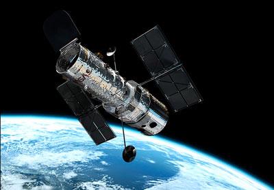 Hubble Space Telescope. Foto: NASA. Rymdteleskopet Hubble placerades i låg omloppsbana runt Jorden år 1990. Hubble har försett astronomin med de mest detaljerade bilderna på universum  som någonsin tagits. Hubble kommer antagligen att vara operationsdugligt fram till 2020. Hubbles ersättare James Webb Space Telescope planeras att tas i bruk år 2018.