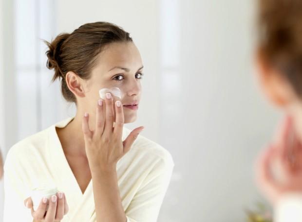 Experts ensinam como usar produto anti-idade na pele (Foto: Thinkstock)