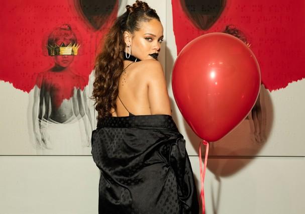 """Rihanna divulgando a capa do álbum """"ANTI"""" (Foto: Getty Images)"""