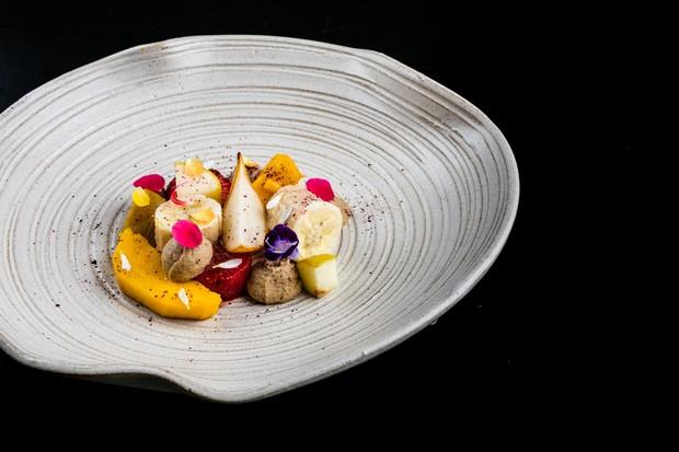 Salada de frutas quente leva creme de castanhas e flores (Foto: Tomas Rangel/ Divulgação)