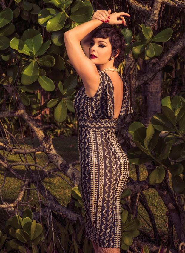 """""""Às vezes, nos sentimos obrigados a entrar num padrão de beleza, mas cada um tem que achar o seu"""", diz Regiane Alves (Foto: Pino Gomes)"""