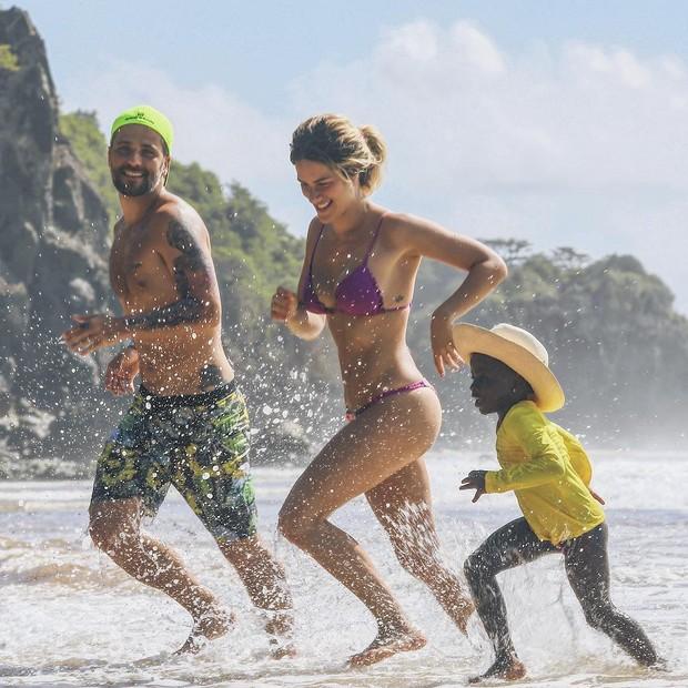Titi brinca na praia com Gagliasso e Ewbank (Foto: Reprodução Instagram)