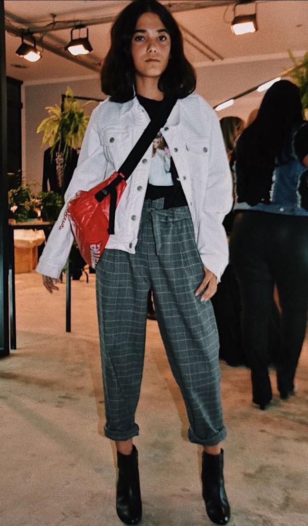 A combinação de calça de alfaiataria com pochete deixou a produção supercool (Foto: Camila Zarzur)