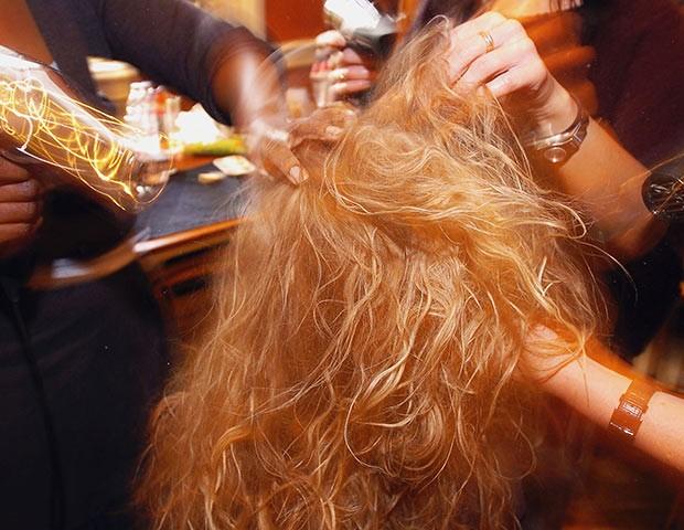 O uso do secador e descolorantes pode influenciar na queda de cabelo (Foto: Getty Images)