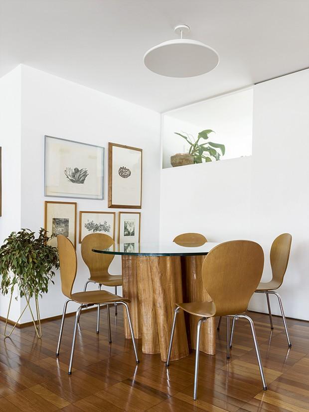 Mesa de jantar com tronco dos anos 70 (Foto: Christian Maldonado)