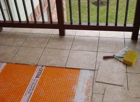 Укладка керамической плитки на балконе