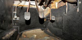 1967 MG MGB GT diver's footwell