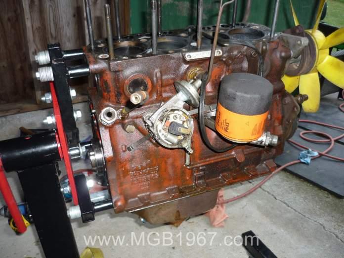 Inverted oil filter adapter on MGB 18V engine