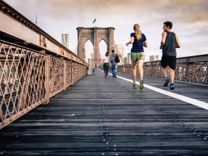 Dos personas corriendo en un puente